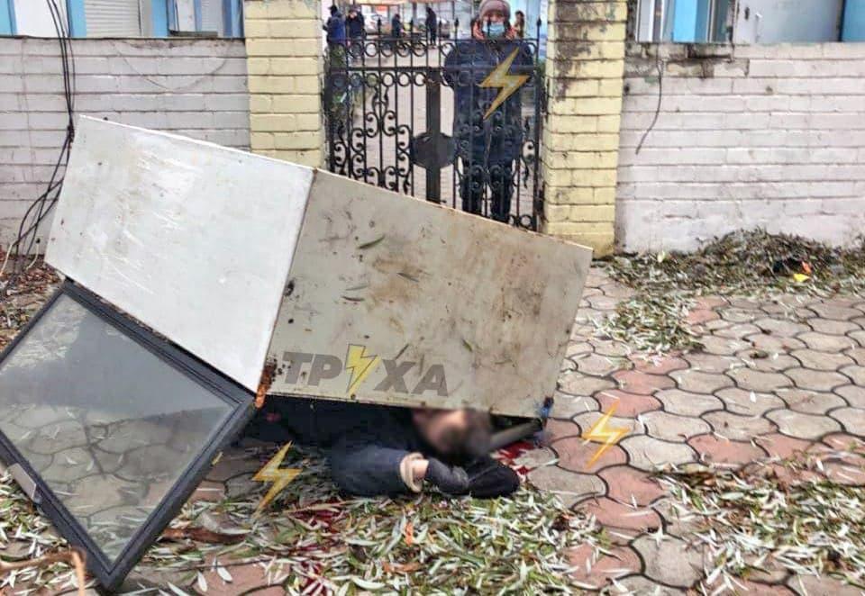В Харькове мужчину смертельно травмировал холодильник, который он пытался украсть (фото 18+)