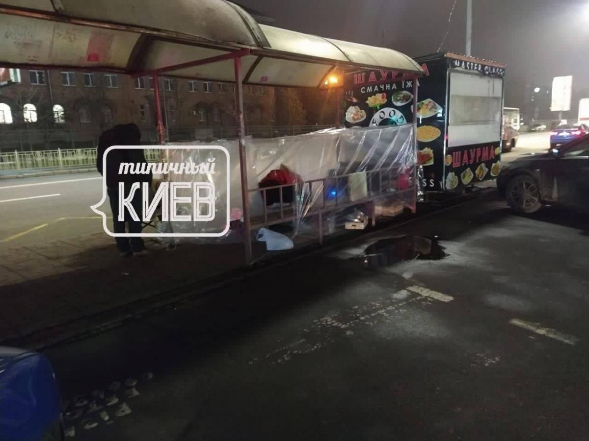 """В Киеве бездомные обустроили """"жилье"""" прямо на остановке транспорта (фото)"""