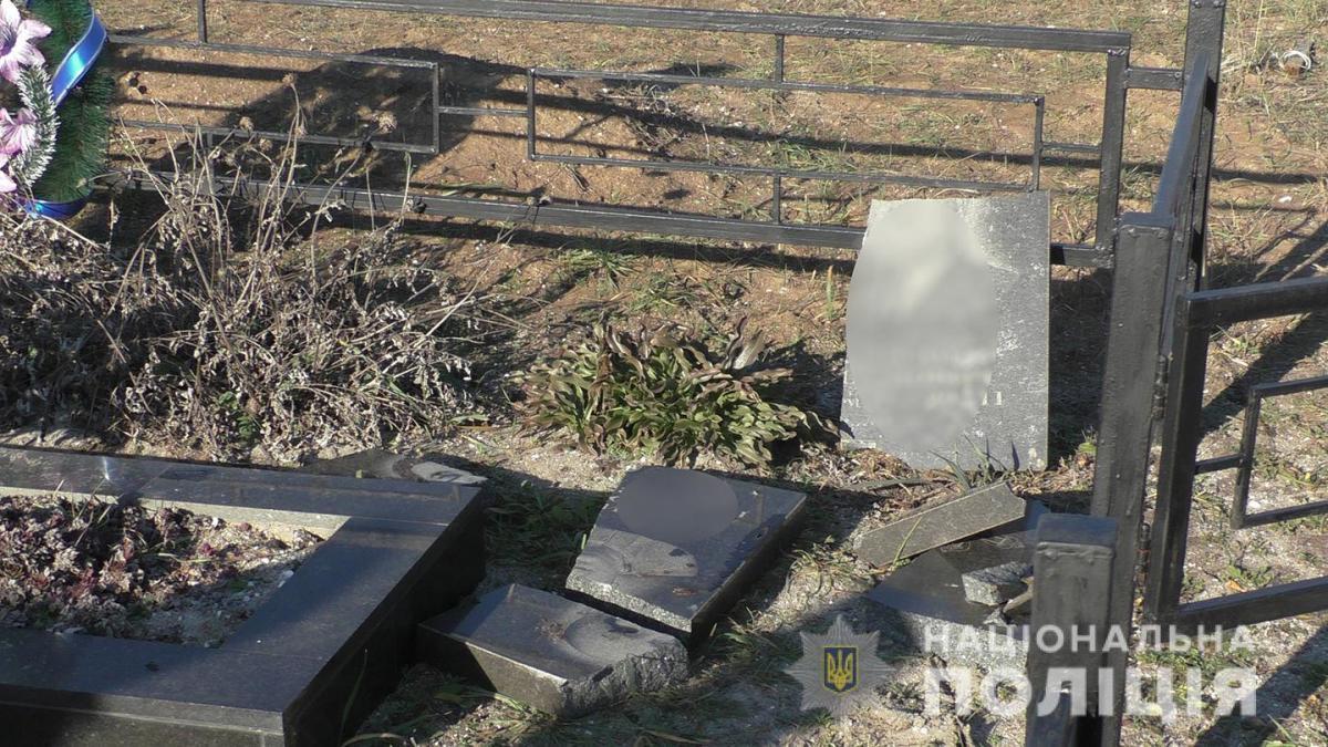 В Николаевской области злоумышленник осквернил более 100 могил, в