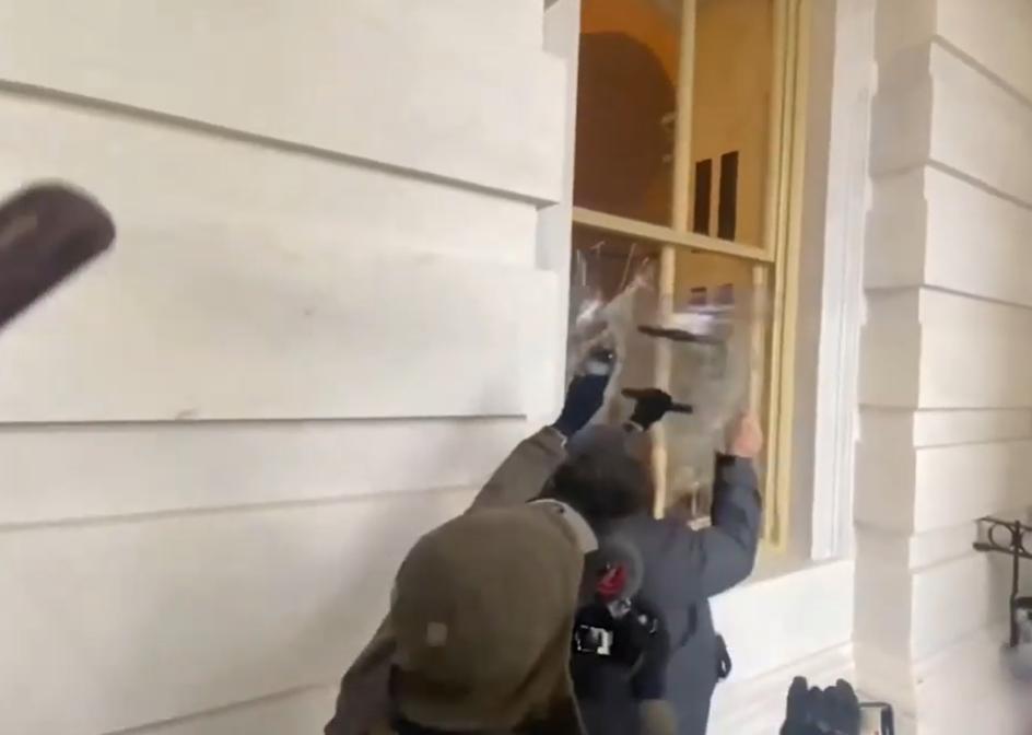 «Смелее!»: появилось видео штурма Капитолия, на котором слышны