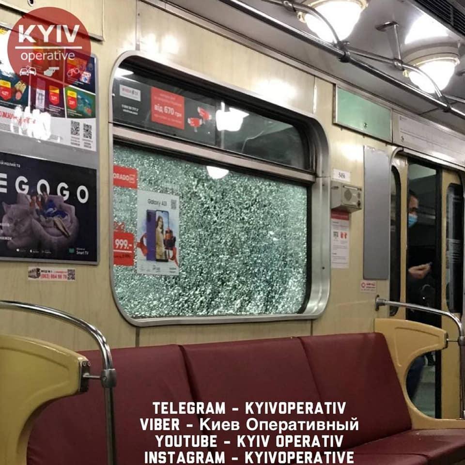 Метро Киева — вандалы разбили четыре вагона (фото) — Новости Киева