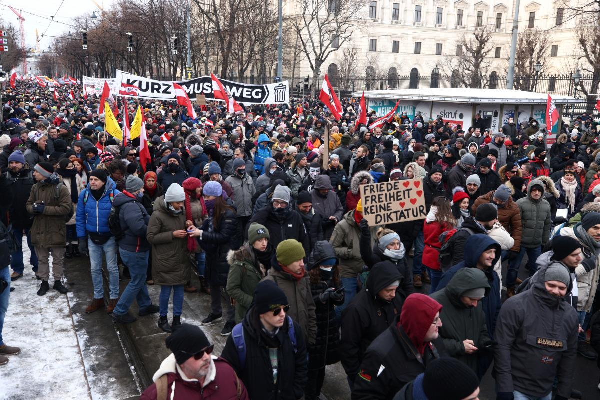 В Вене прошли многотысячные протесты против коронавирусных