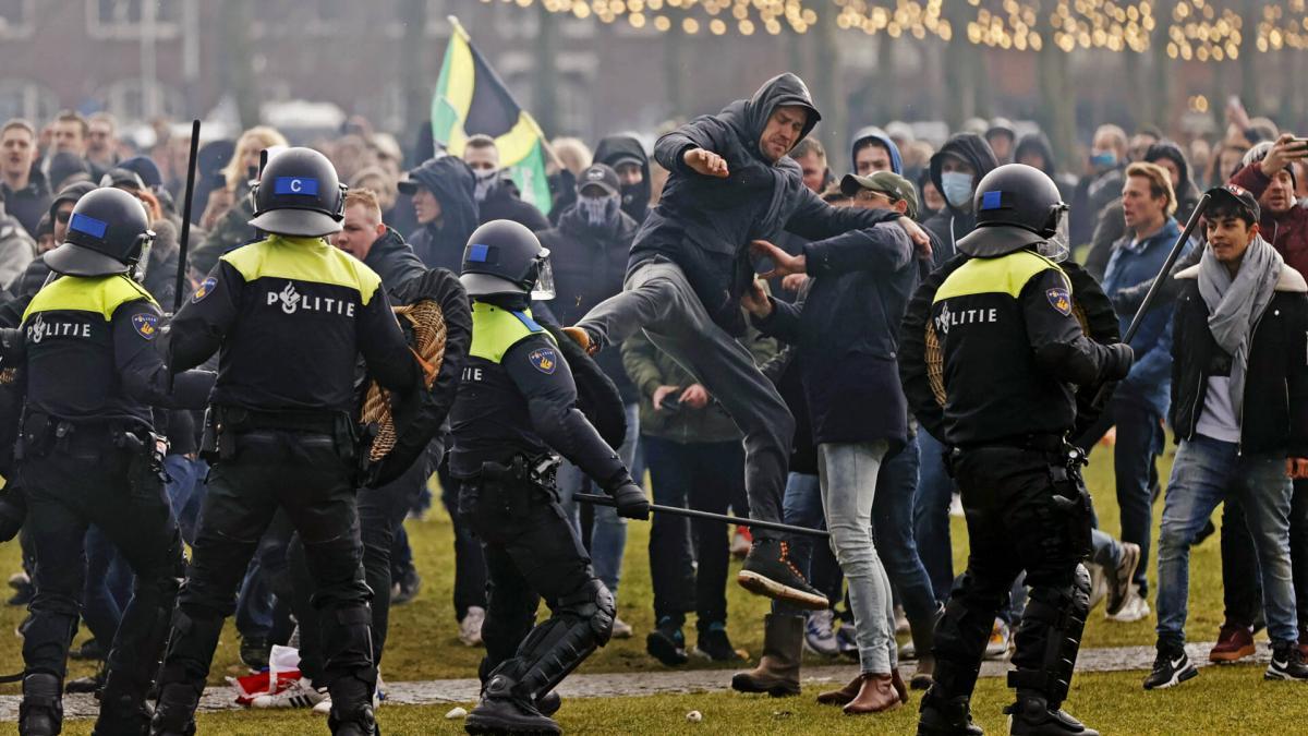 Водометы и собаки: в Амстердаме полиция разогнала акцию протеста