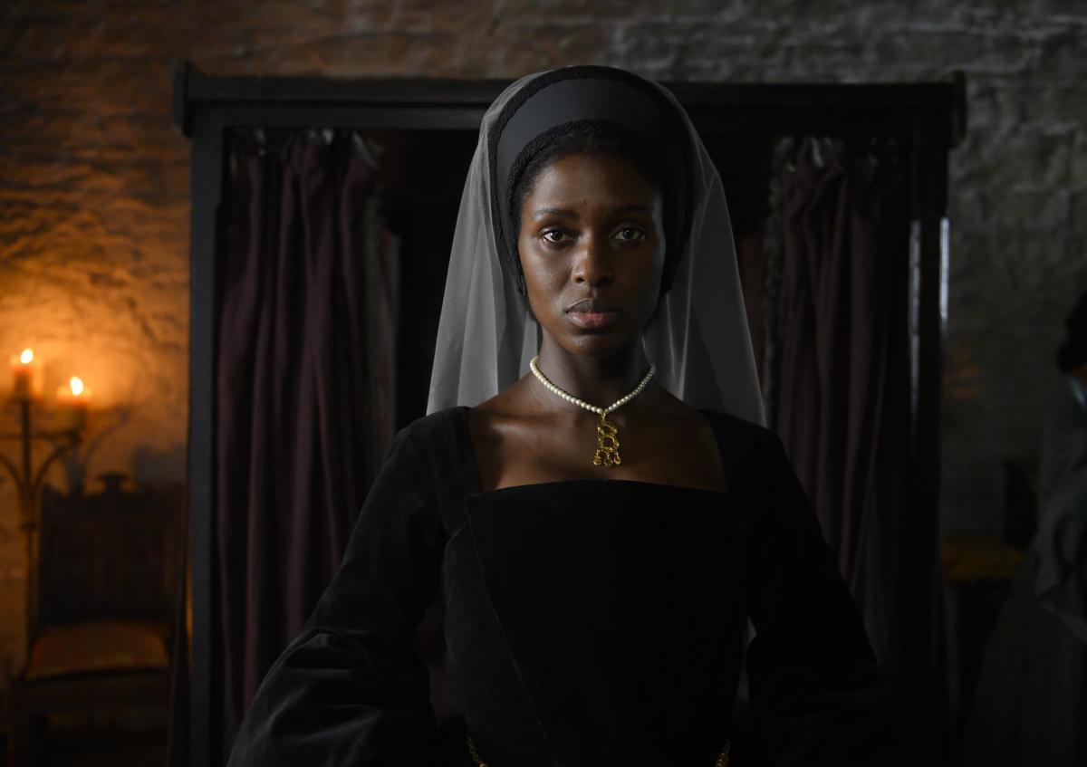 В сети показали первый кадр скандального сериала о королеве Англии с темнокожей актрисой