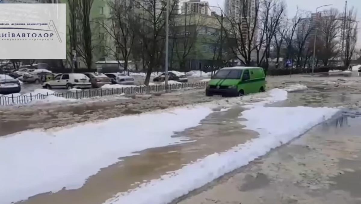 В Киеве возле метро «Черниговская» прорвало трубу