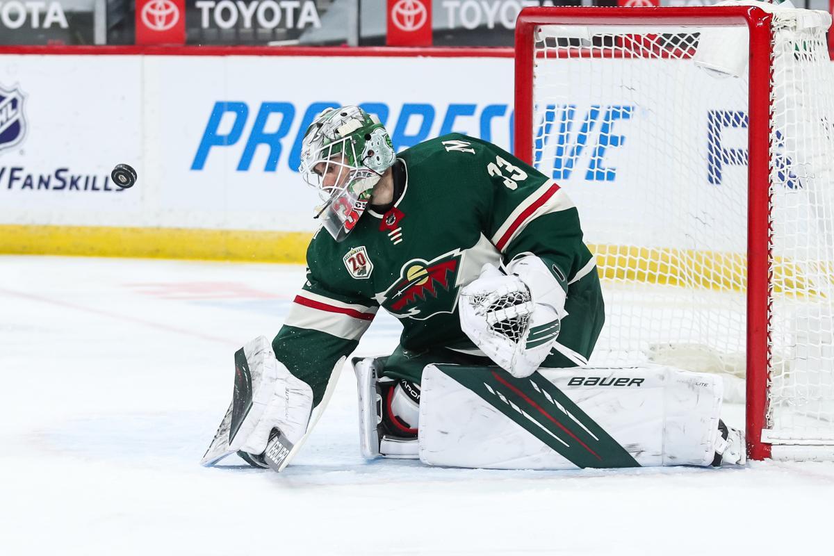 В матче НХЛ шайба застряла во вратарской маске после мощного броска