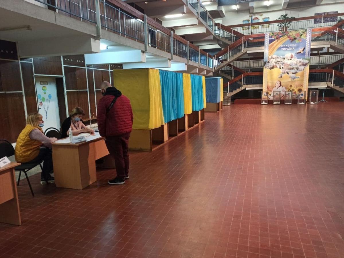 Явка на довыборах в Раду в двух областях пока не превышает 8%