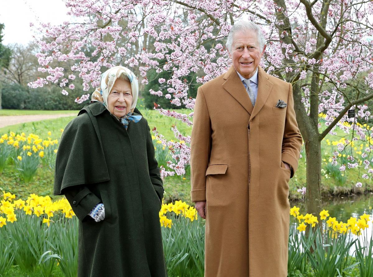 Королева Елизавета II и принц Чарльз прогулялись по саду