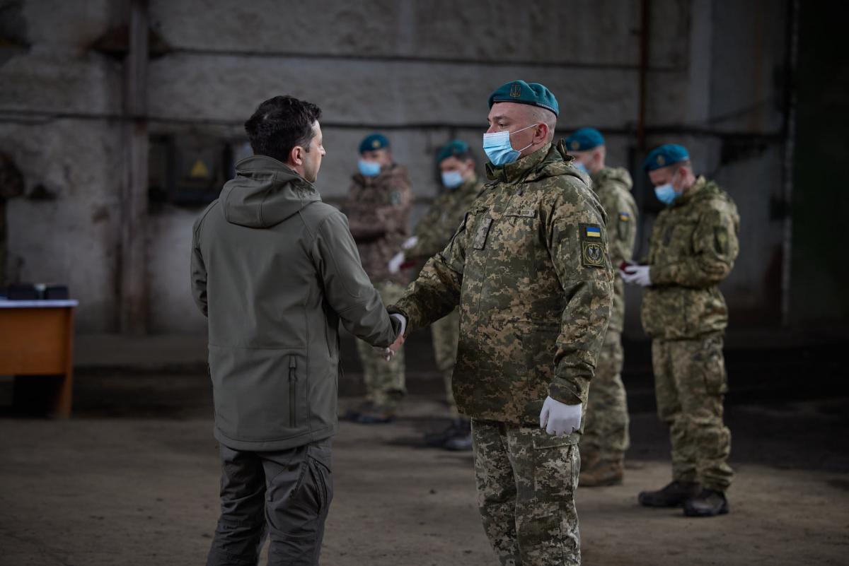 Зеленский переночевал на Донбассе и посетил места гибели украинских военных