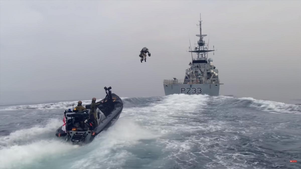 Британские морпехи отработали тактику захвата корабля при помощи джетпака