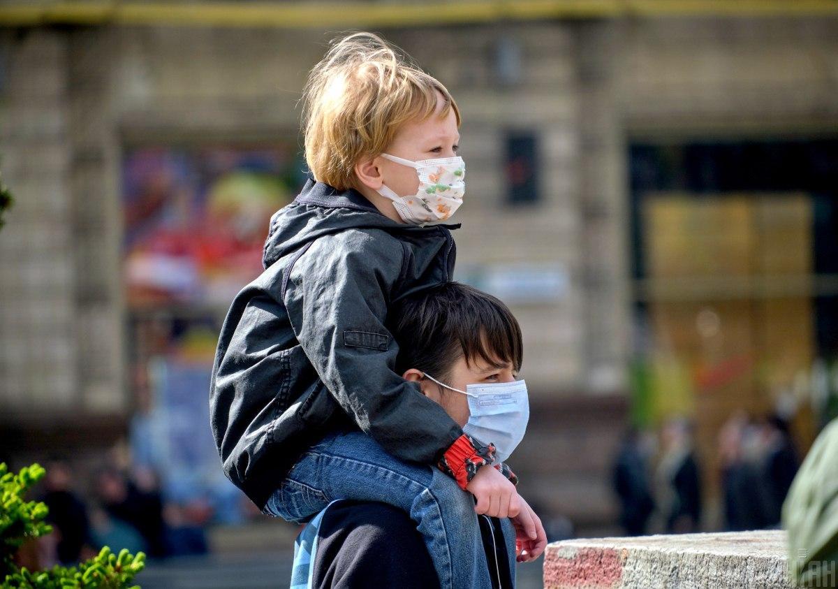 В Украине за сутки коронавирусом заболели почти 12 тысяч человек, среди которых больше тысячи детей