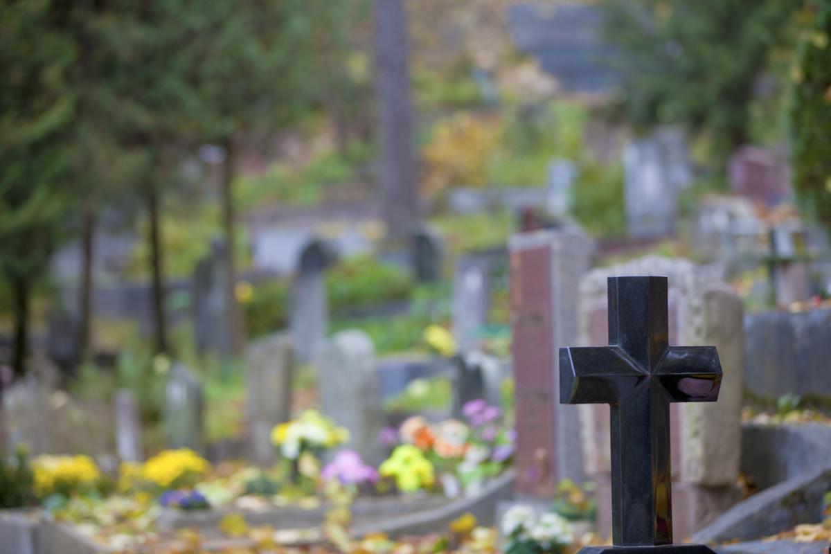 Без части головы возле окровавленного креста: на кладбище в Киеве нашли изуродованное тело