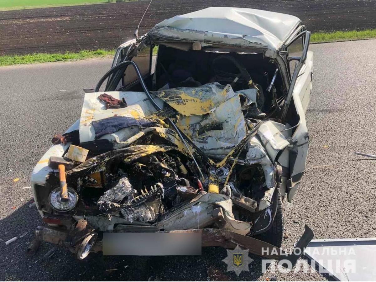 В Харьковской области легковушку расплющило о грузовик: двое погибших