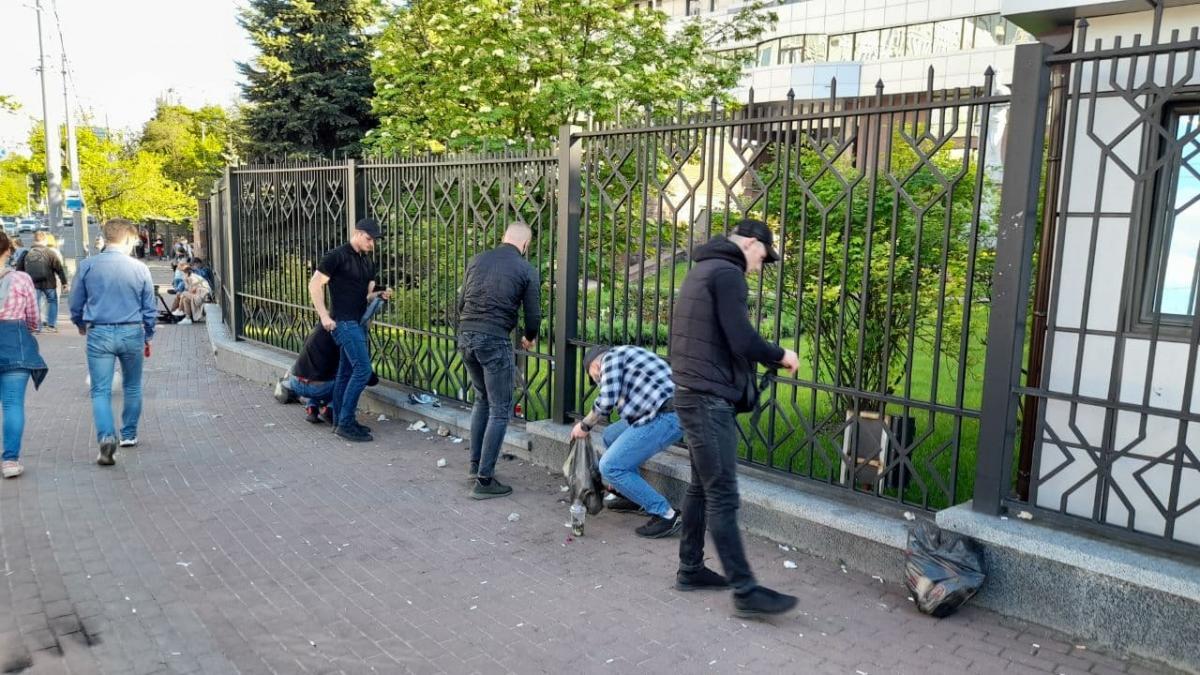 Титушки, которые приходили в суд поддержать Медведчука, убрали за собой мусор