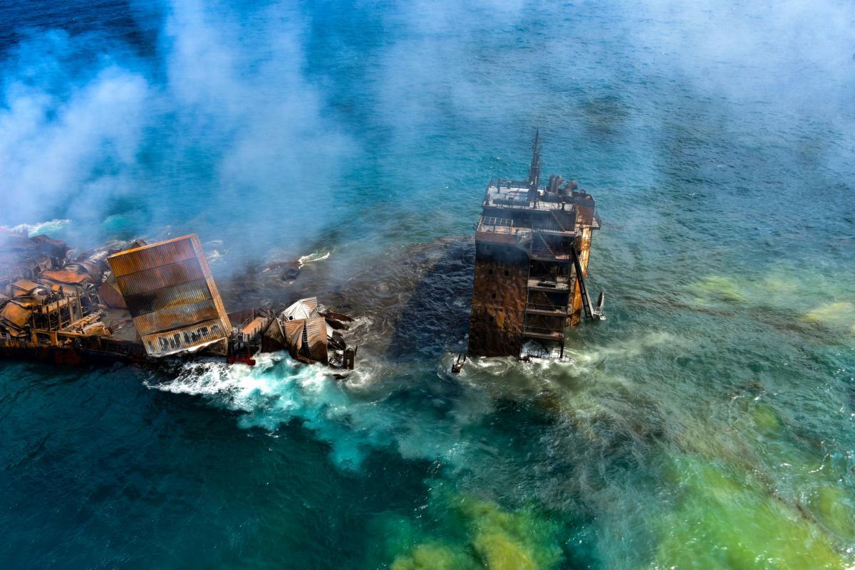 У берегов Шри-Ланки затонуло горящее судно с тоннами химикатов