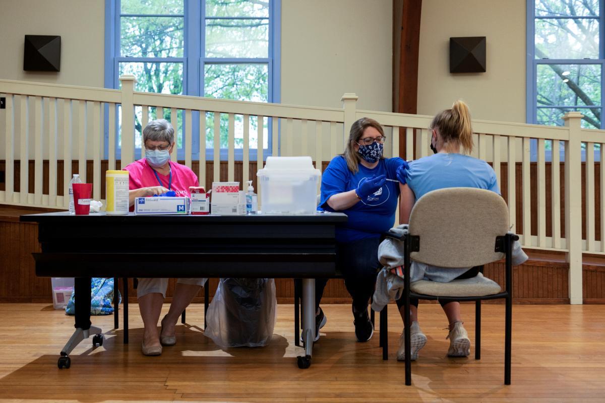 В США подростков призывают пройти вакцинацию: госпитализированных из-за коронавируса детей стало больше