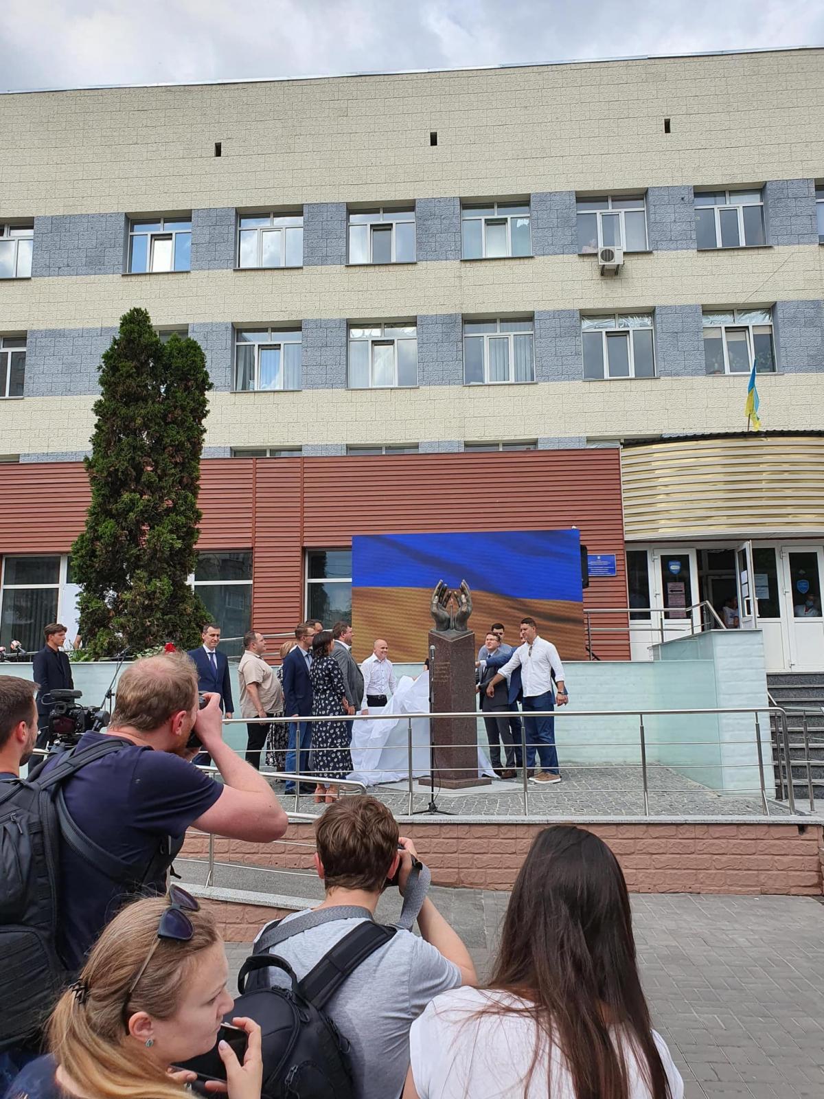 В Киеве открыли памятник медикам, умершим от коронавируса