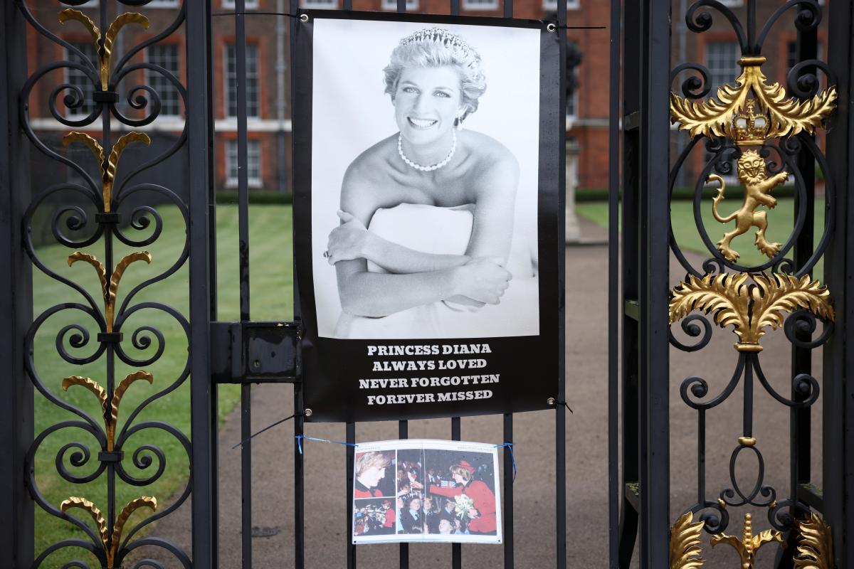 Родной брат принцессы Дианы показал редкое детское фото матери принцев Уильяма и Гарри
