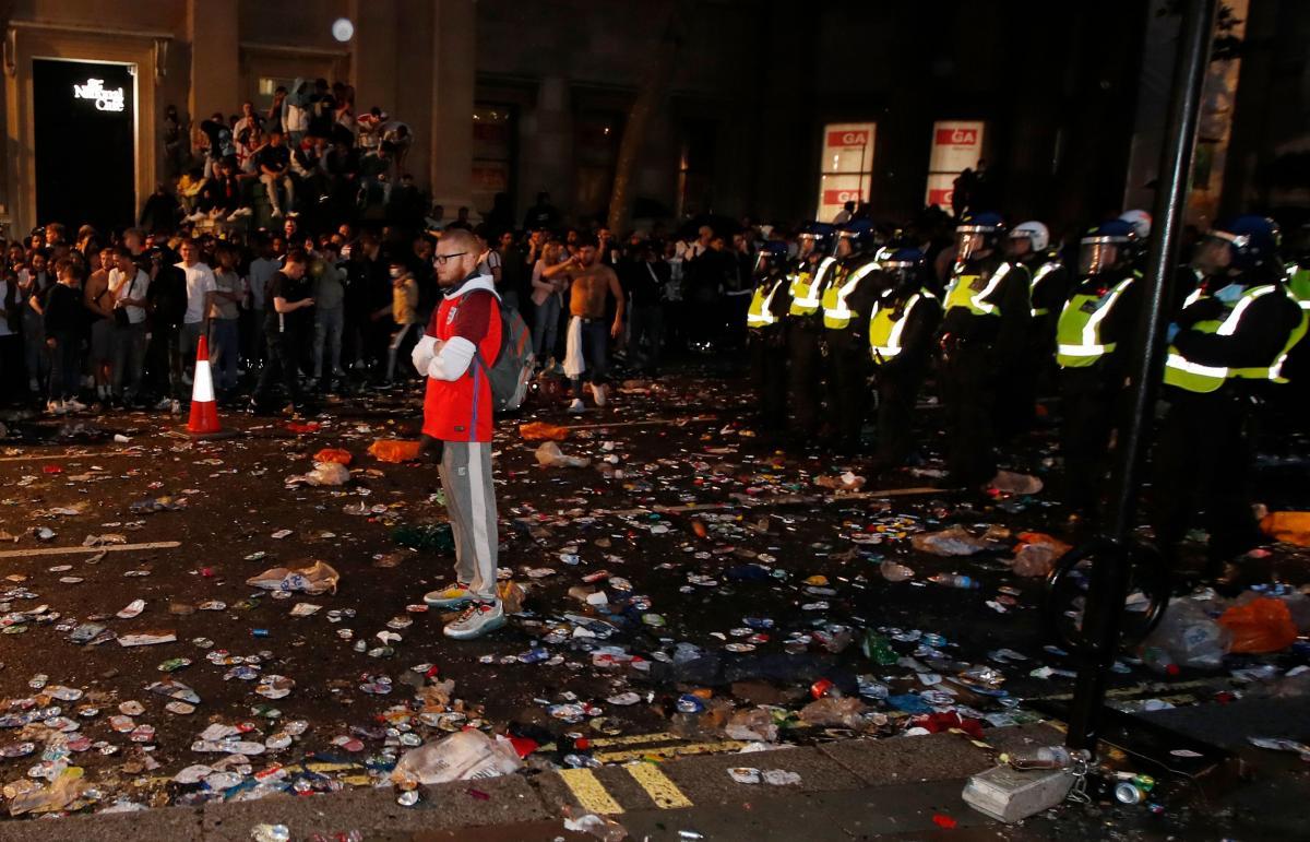 В Лондоне фанаты сборной Англии устроили беспорядки на стадионе Уэмбли: пострадали около 20 полицейских