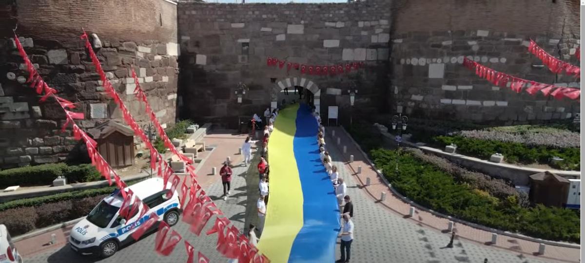 В разных уголках мира развернули 30-метровые государственные флаги Украины