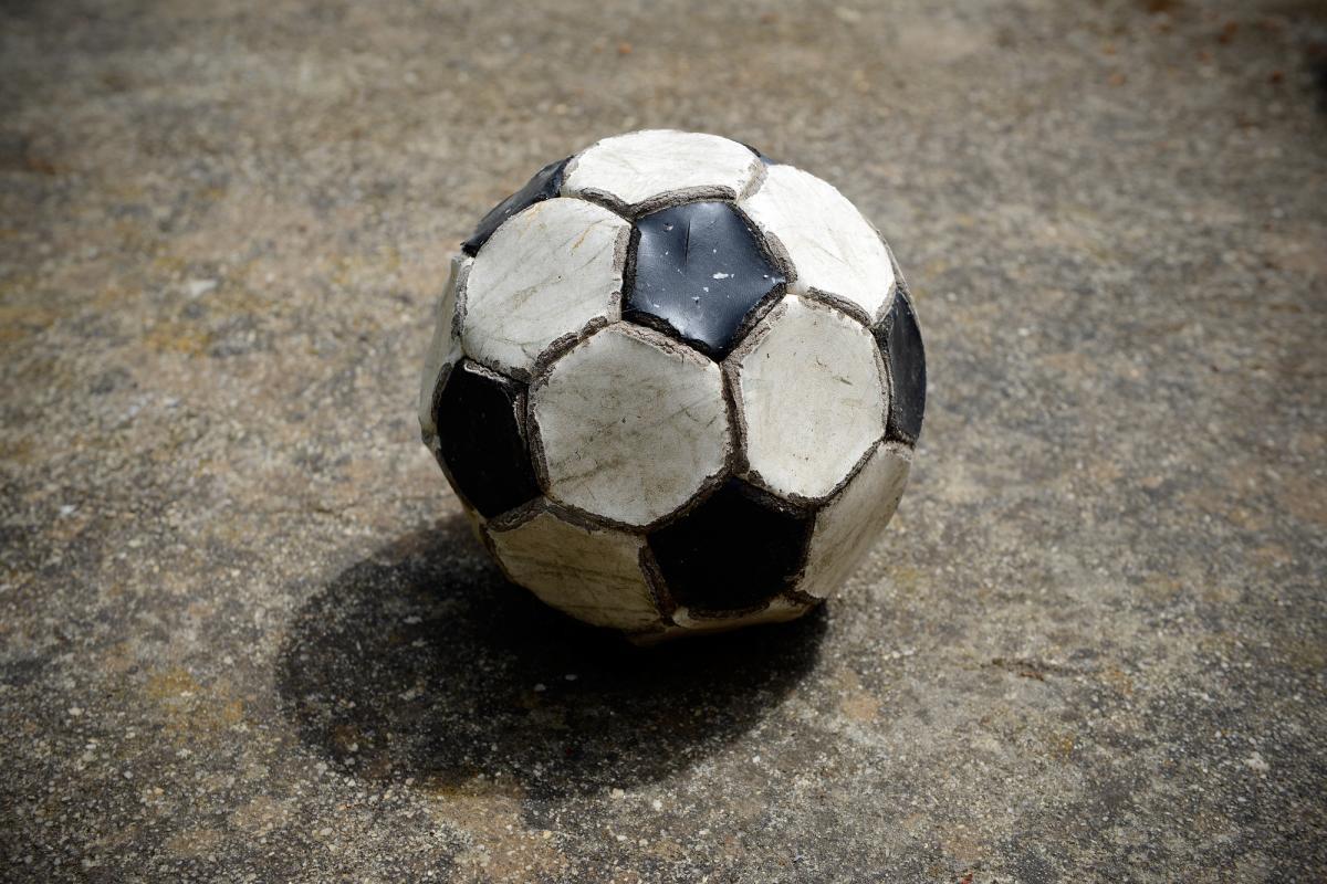 Избила и забрала мяч: в Днепре пожилая женщина набросилась на ребенка