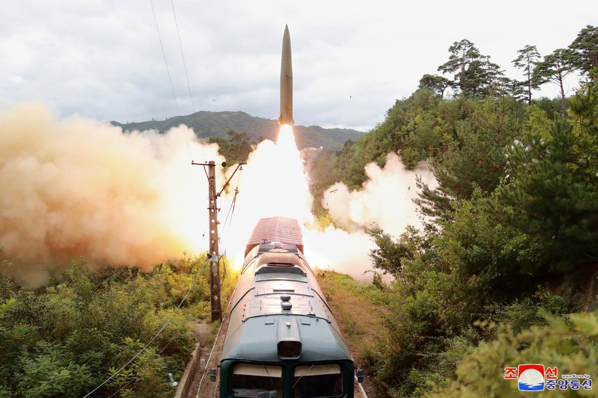 Северная Корея запустила баллистические ракеты с поезда