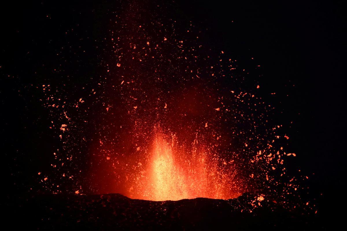 Извержение вулкана на Канарах: из-за пепла закрыли почти все авиарейсы