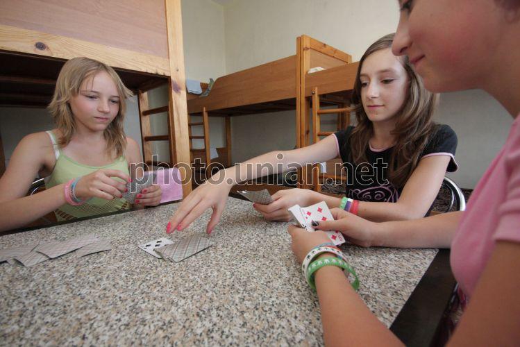в молодежь карты играет