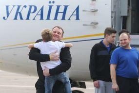 Украинские политзаключенные вернулись в Украину из России в рамках обмена