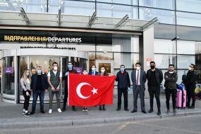 """Громадяни Туреччини з прапором в аеропорту """"Бориспіль"""""""