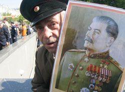 Ветеран Великої Вітчизняної війни прийшов на парад з нагоди Дня Перемоги з портретом Сталіна. Київ, 9 травня