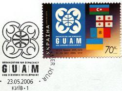 Так выглядит конверт с маркой, выпущенный по случаю саммита ГУАМ