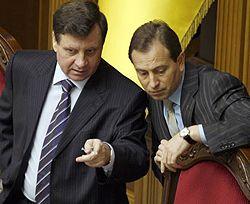 Первый вице-спикер Адам Мартынюк и вице-спикер Николай Томенко общаются во время заседания парламента. Киев, 13 февраля