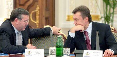 Министр обороны Анатолий Гриценко и премьер-министр Виктор Янукович