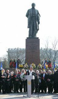 Президент Украины Виктор Ющенко выступает на торжественной церемонии по случаю 193-й годовщины со дня рождения Тараса Шевченко у памятника Кобзарю в Киеве, 9 марта 2007 г.
