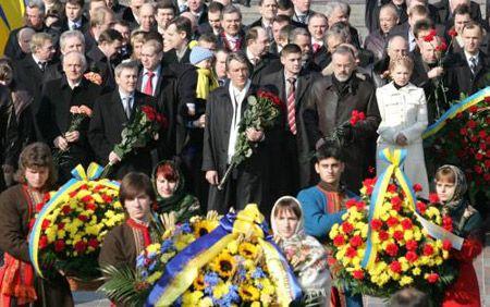 Участники церемонии возложения цветов к памятнику Тарасу Шевченко