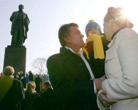 Виктор Ющенко с младшим сыном Тарасом и лідер БЮТ Юлия Тимошенко у памятника Тарасу Шевченко