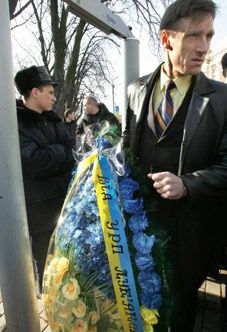 Сторонник Украинской респбликанской партии возле рамки металлоискателя в день 193-й годовщины со дня рождения Т.Шевченко недалеко от памятника Кобзарю