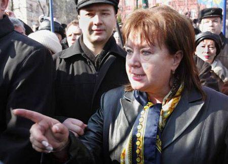 Лидер Прогрессивной социалистической партии Украины Наталия Витренко пытается пройти к памятнику Т.Шевченко для возложения цветов по случаю 193-й годовщины со дня рождения поэта