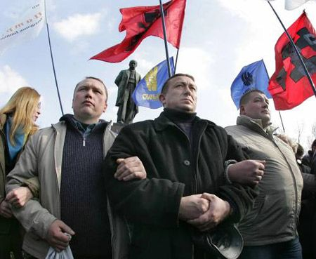 Участники митинга, посвященого 193-й годовщине со дня рождения Т.Шевченко перекрывают дорогу сторонникам КПУ и ПСПУ к памятнику поэту в Киеве