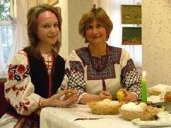 Folk master Liubov Kittorova and her granddaughter