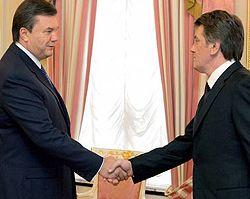 Виктор Ющенко и Виктор Янукович пожимают друг другу руки во время встречи. Киев, 10 апреля