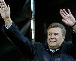 Виктор Янукович приветствует своих сторонников во время митинга коалиции на Майдане Независимости. Киев, 11 апреля