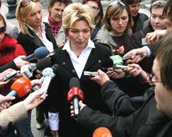 Раиса Богатырева отвечает на вопросы журналистов после переговоров между оппозицией и коалицией. Киев, 25 апреля