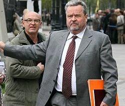 Иван Плющ выходит с  заседания в Доме с химерами. Киев, 25 апреля