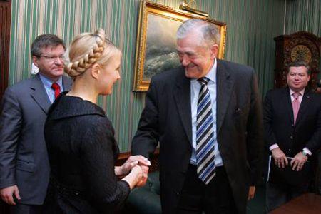 Юлия Тимошенко и Терри Дэвис здороваются перед началом официальной встречи. Киев, 26 апреля