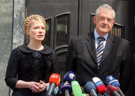 Юлия Тимошенко и Терри Девис отвечают на вопросы журналистов по окончании официальной встречи. Киев, 26 апреля