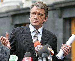 Виктор Ющенко отвечает на вопросы журналистов возле Секретариата. Киев, 7 мая