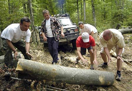 Чеські хлопці на британських автівках, якщо й не шукали пригод на свої колеса, вони їх знайшли. Але і водії, і джипи чесно зносили усі важкі ділянки