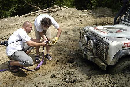 Нікуди не дінешся – на забутих дорогах Закарпаття одним із головних інструментів була лебідка, якою щоразу витягували машини